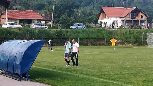 Fizioterapeut izvodi svog igrača sa terena pripomagajući mu rečima podrške da napusti igralište / foto: D.Popaz