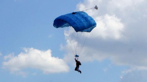 Jedan od padobranskih skokova iznad aerodroma u Boru / foto: D.Popaz
