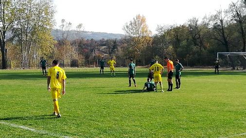 Ukazivanje lekarske pomoći povređenom igraču gostujućeg tima / foto: D.Popaz